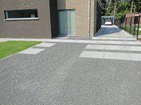 Oprit in betontegels (megategels) in combinatie met basaltkiezel