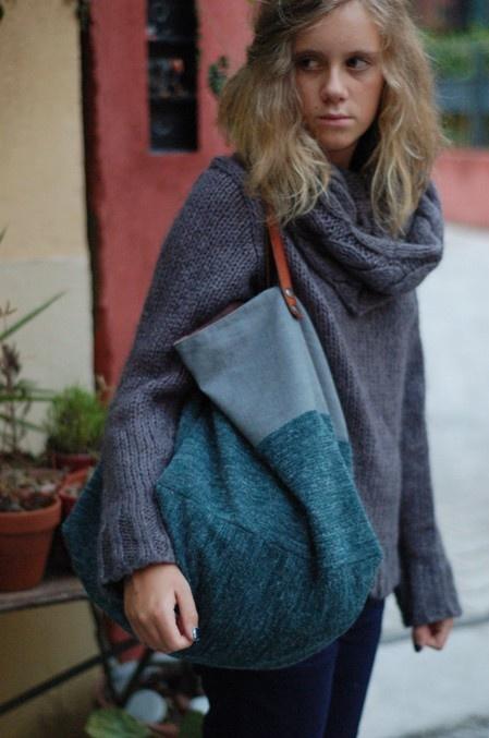 Sac cabas réversible en maille de laine et toile de coton teinte.
