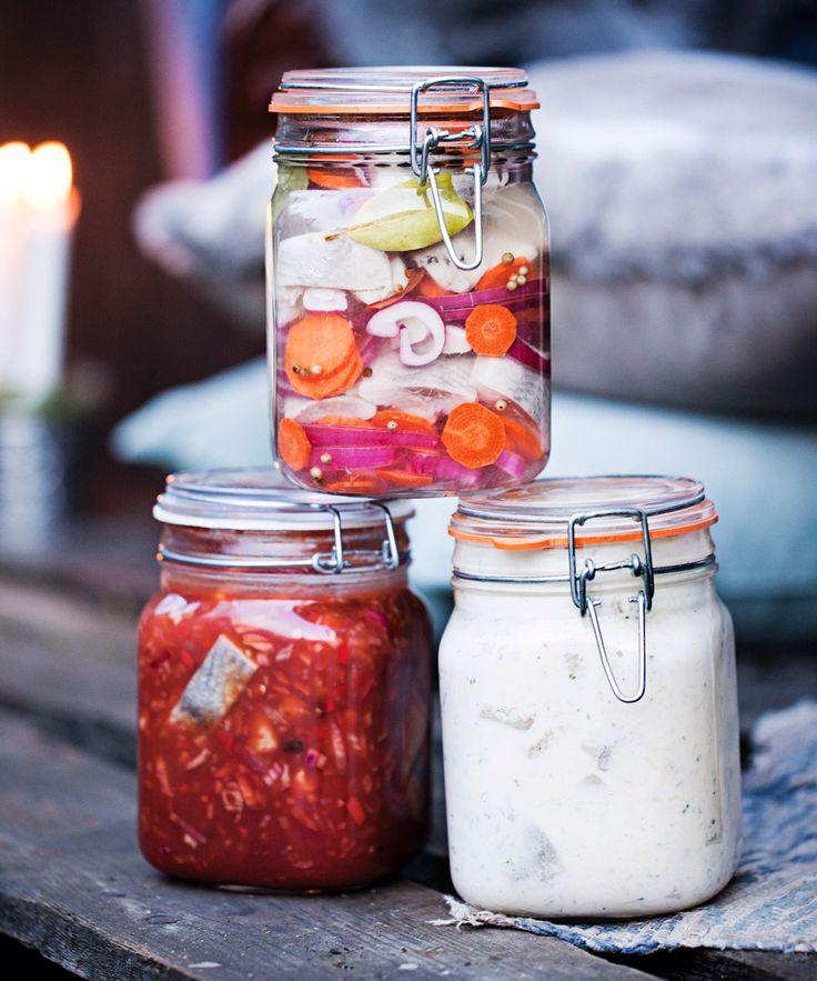 Inlagd sill är en klassiker till våra svenska högtider som jul, påsk och midsommar. Här är recept på tre sorters inlagd sill och tips på tre snapsar som passar till.