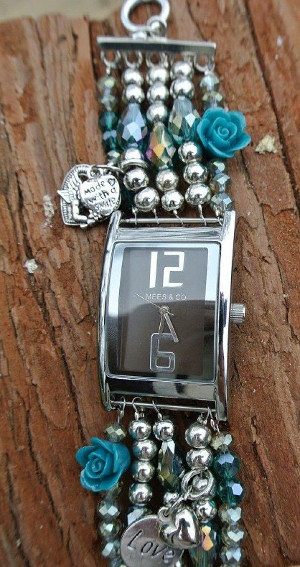 Uniek horloge! Koop een goedkoop horloge waarvan je het bandje kunt verwijderen. Vervolgens met kralen en leertjes er leuke unieke bandjes aan rijgen.