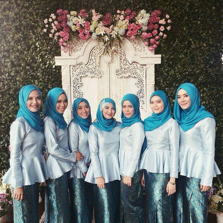 Bridesmaids love!  From the lovely @aahandika  . . . #muslimwedding #hijabbride #muslimweddingideas #nisan #pernikahan #akadnikah #gelinlik #tesetturgelinlik #nisanlik #kinalik #bindalli #evlilik #nikah  #hijabers #gelin #damat #nikkah #dugunfotografcisi #dugunfotografi #fotografcekimi #hijabibride #halallove #muslimbride #hijaboutfit #hijabbridesmaids #hijabibridesmaids #muslimbridesmaids by muslimweddingideas