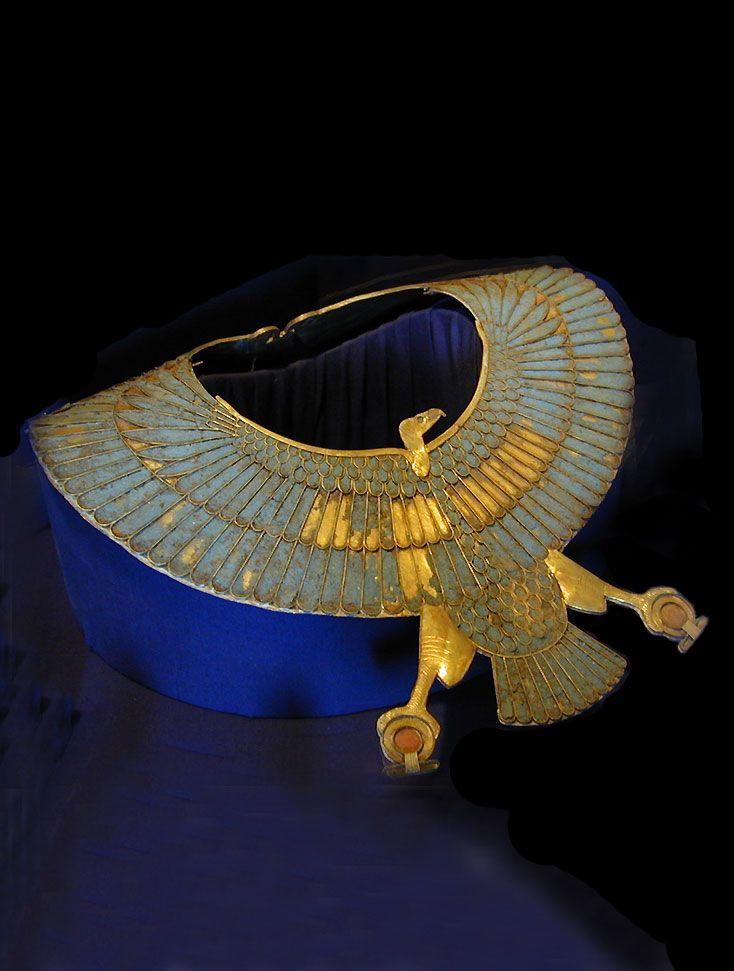 Joias Étnicas... Colar com pingente de falcão - Egito Antigo - Localizado no Museu Egípcio do Cairo - Egito.  O colar retrata o deus Hórus, que se tornou o faraó durante a sua vida. Horus protege o faraó de espíritos da escuridão e os substitui com os espíritos de luz e protege o Egito das areias do deserto. O deus é mostrado segurando um Shen em cada garra, o que representa a vida eterna.