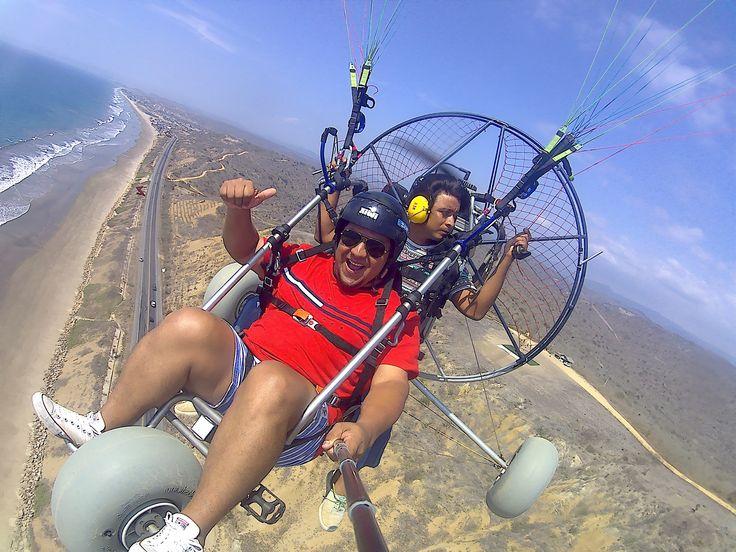 Vuelo en parapente a motor observando el maravilloso paisaje de nuestra costa ecuatoriana. #ParapenteAMotor #VueloParapenteAMotor