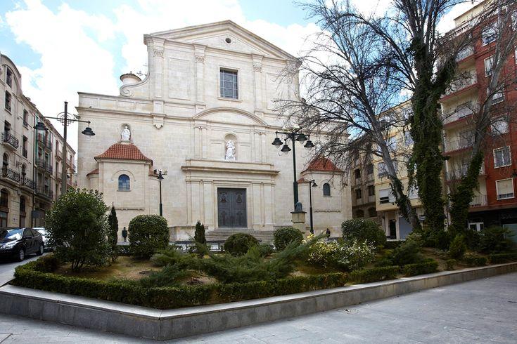 Sobre el mismo solar dónde se destruyó el primer templo, se reedificó la nueva iglesia de Santa María, de estilo clasicista, entre los años 1940 y 1954. #Alcoy #Alcoi #Iglesias