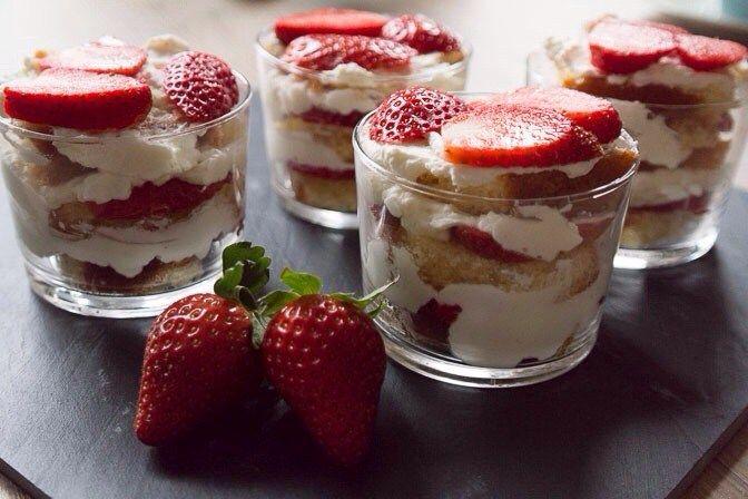 Torentje van cake, aardbei en mascarpone
