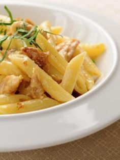 poivre, parmesan râpé, oeuf, crême fraîche, huile d'olive, pâtes, persil, sel, thon