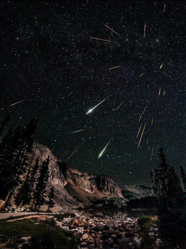Les Perséides forment un courant d'étoiles filantes qui semblent émaner de la constellation de Persée, d'où leur nom. Ces étoiles filantes sont des grains de poussière abandonnés sur son orbite par la comète Swift-Tuttle dont la première observation, oeuvre des chinois, remonte à -68 avant J-C.