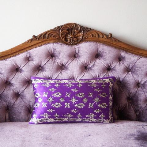 Sofá antiguo retapizado por EbanoDeco y cojín de seda de EbanoDeco.