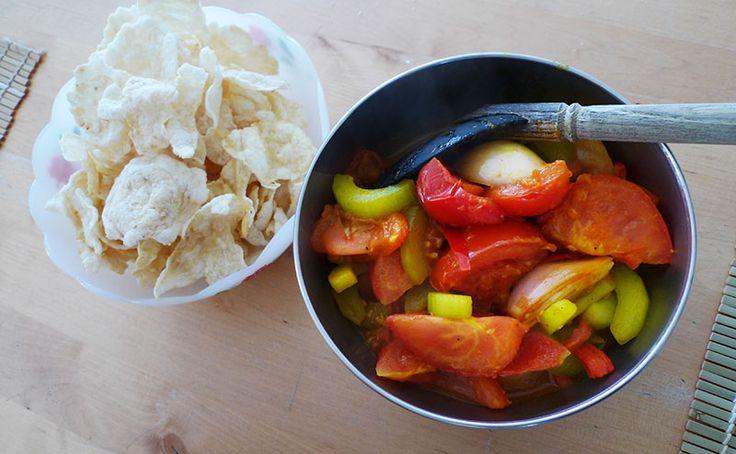 Deze atjar zonder azijn uit Poerwokerto (midden Java) zit vol met komkommer, tomaat en sjalotten. Alles wordt mooi geel door de koenjit. Heerlijk!