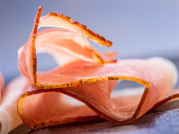 Camarones envueltos en ensalada de prosciutto y rúcula a la parrilla con vinagre y reducción de acetato balsámico   – Principales