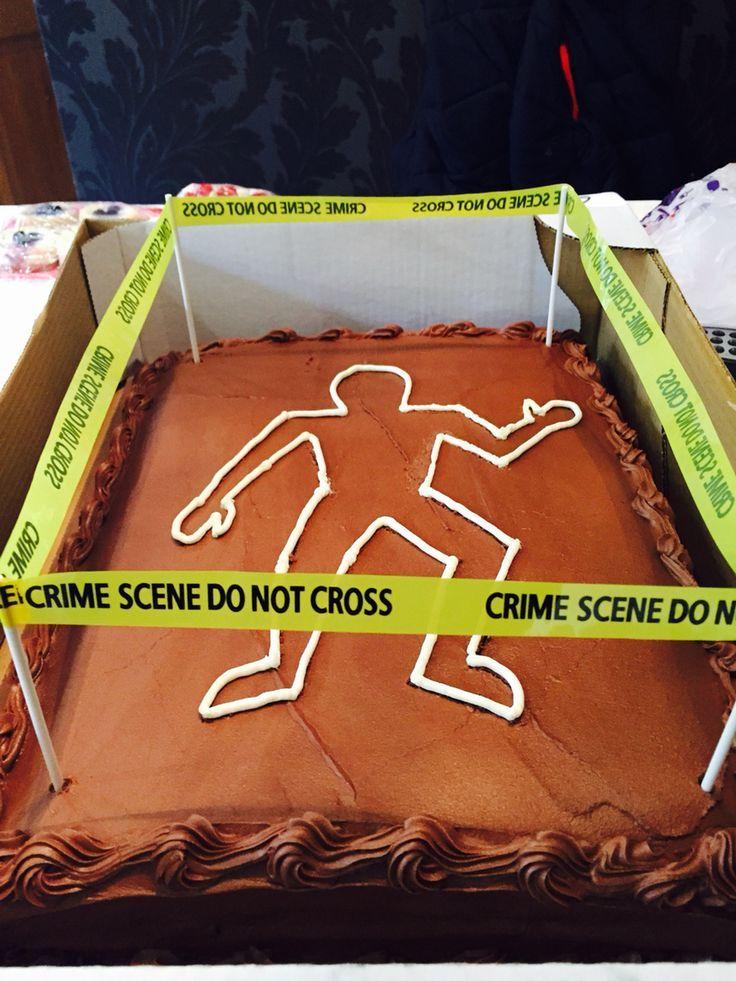 Costco Schokoladenkuchen zu Hause für eine Tatortparty dekoriert … – E …   – Blechkuchen