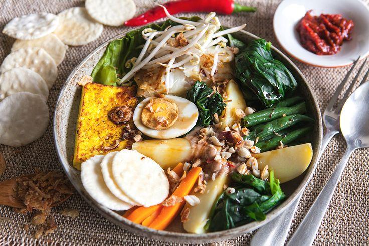 Судя по тому, как растут доллар и евро, мало кто отправится в ближайшее время отдыхать в экзотические места. Что ж, если мы не летим на Бали, немного Бали летит к нам. Leno REGUSHDZE, автор кулинарного блога Crazy Cucumber, рассказывает, как приготовить традиционное индонезийское блюдо гадо-гадо.