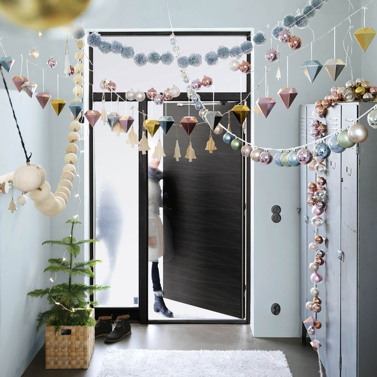 Kerst 2015. Een slinger van kerstballen in de hal. Ikea