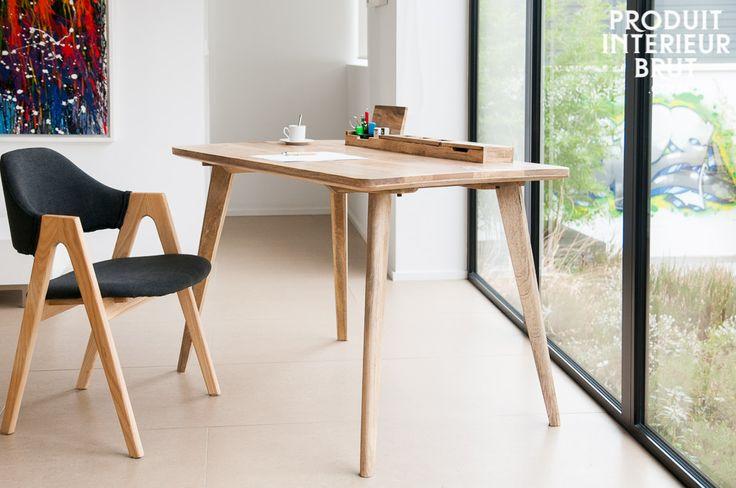 Au premier coup d'oeil, nous remarquons l'appartenance du bureau Moka au design nordique et naturel. Son piètement effet compas et son plateau à la découpe en biais sur le côté rappellent complètement le design apprécié en 1950.