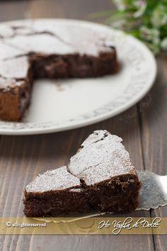 Torta al cioccolato fondente cremosa morbidissima e golosa. Una torta al cioccolato senza farina, adatta anche ai celiaci. Stupirete i vostri ospiti!