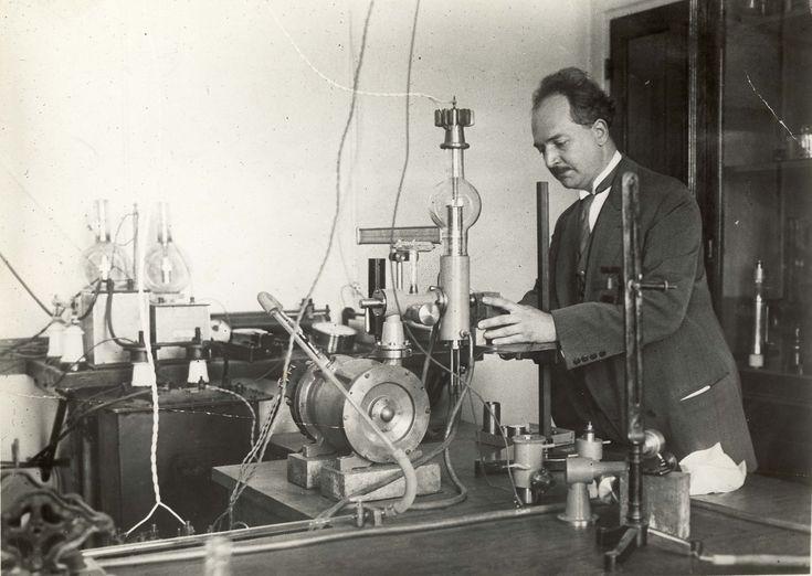 Les Établissements Édouard Belin construisent, en 1923, la pompe à vide de Fernand Holweck, qui permet la réalisation de tubes électroniques de forte puissance en conservant le vide intérieur malgré la sublimation du métal des électrodes. La collaboration avec Holweck se poursuivra pour les expériences de télévision.