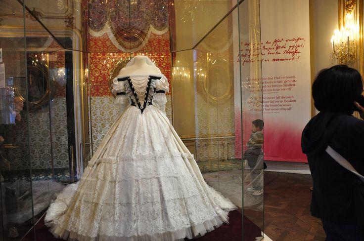 Imagini pentru rochia de incoronare a reginei maria muzeul de istorie