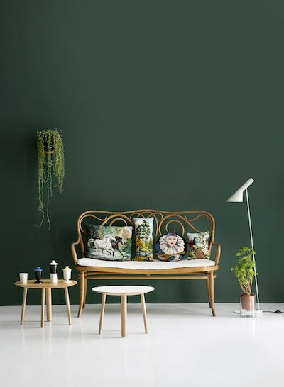 A wall painted in Hunter green brings garden-style charm to your living room. FInd your Valspar match at your local B&Q.