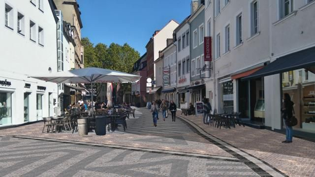 """... #wenn #du #weisst  warum #die Linden #hier hinueber #sind ?   #Bi... ... #wenn #du #weisst, warum #die Linden #hier hinueber #sind ?   #Bild 1 #zeigt #eine Visualisierung #des Pflaster #wie #es #jetzt fertiggestellt wurde. Blickrichtung #vom #St. #Johanner #Markt. """"Kuenstlerisches Erscheinungsbild #der 70er #Jahre #und Barrierefreiheit"""" ...  http://www.#saarbruecken.de/leben_in_saarbruecken/planen_bauen_wohnen/bauprojekte_und_baustellen/baustellen_detailseite/construction"""