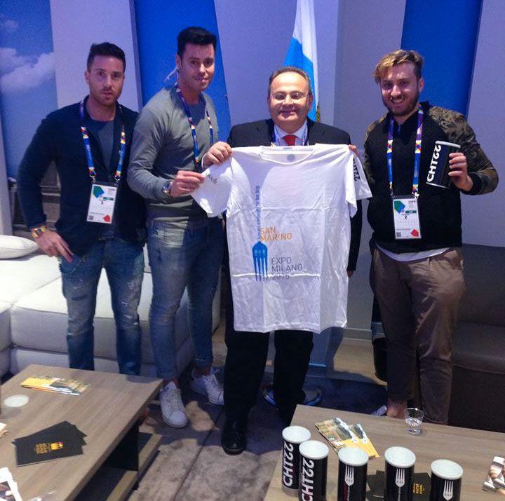 """Presentata la t-shirt di San Marino a Expo 2015, realizzata dai giovani di CHT22 Brand, premium partner del padiglione. La t-shirt sarà in vendita presso lo shop all'interno del padiglione assieme a cappellini e zaini, tutti personalizzati con il nostro logo ufficiale """"Small enough to be big"""".  #SanMarinoExpo #expo2015 #tshirt"""