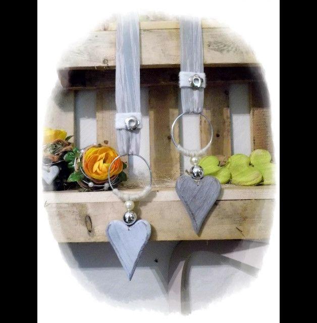 **Wir bieten Ihnen ein tolles Herzen Set zum Kauf an.**  _- Dekoriert sind die Holzherzen mit Schleifenband, Perlen, Draht, Filz, Silberblüten._  _- Sie können es toll als Fensterschmuck, sowie...