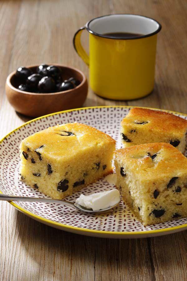 Gâteau de semoule sucré aux olives noires