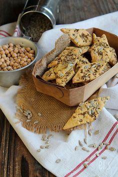 VEGETARIEN - Crackers aux graines à la farine de pois-chiche {sans gluten} - TEST C'VEGETAL : la pâte n'est pas facile à travailler et la cuisson doit être surveillée mais les crackers sont très savoureux ! Testés au sésame blond et noir et aux graines de tournesol et cumin (la graine de courge n'a pas tenue en revanche)