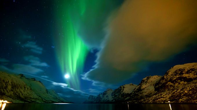 Bernard Stroll from Switserland took more than 14000 pictures of the northern light in Tromsø, Norway and made this stunning video. A mutch watch !!!!!!