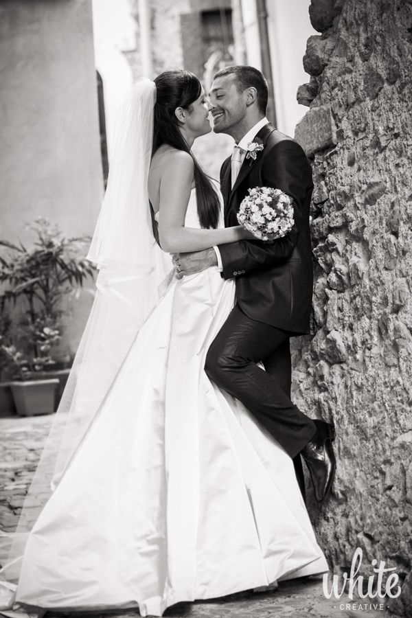 Wedding photo: bride & groom. Foto matrimonio.  #matrimonio #sposi #wedding #realwedding #b&w #kiss