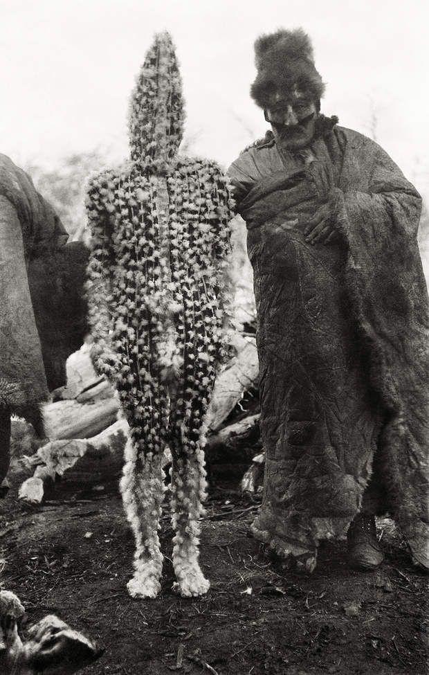 La cérémonie du HainLors du Hain, une cérémonie traditionnelle qui structure la société selk'nam, les hommes se déguisent en esprits. Ici, le chaman présente K'terrnen, le fils d'un effroyable esprit femelle appelée Xalpen. Son corps est couvert d'ocre rouge et de duvet d'outarde.Selk'nam, 1923