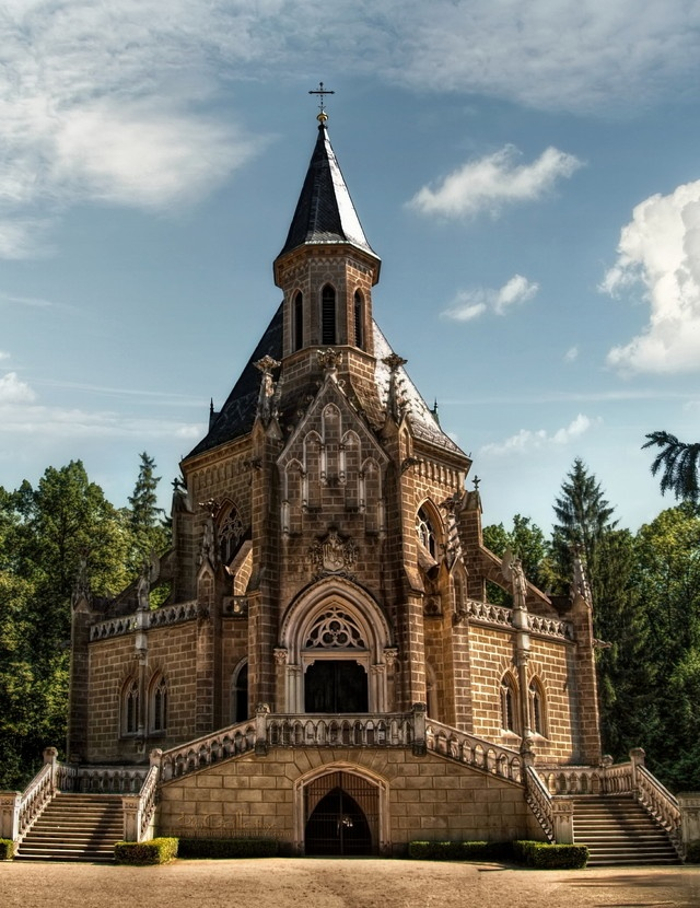 Neo-Gothic chapel – tomb of the famous Schwarzenberg family – built in the years 1874-77. Stands in the shadow of trees a short distance from the shore of Svět Lake