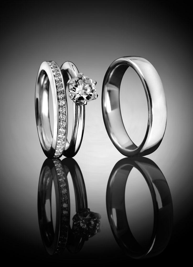 Solitär, Verlobungsring und passende Trauringe aus 950 Platin besetzt mit Diamanten im Brillantschliff.