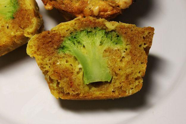 Antipasti di Natale: i muffin con i broccoli a forma di albero