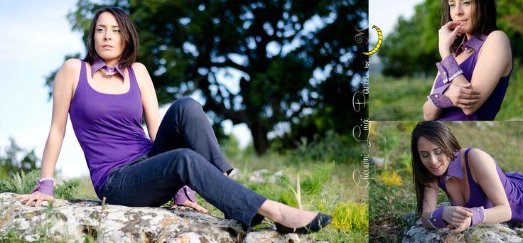 Caterina indossa un completo di colletto e polsini viola dipinto a mano a pois verdi, con inserti di merletto bianco e bottoni di perla. colletto: http://it.dawanda.com/product/80839115-Collana-Colletto-colorata-con-stampa-a-mano polsini: http://it.dawanda.com/product/80839943-Polsini-Bracciali-colorati-con-stampa-a-mano