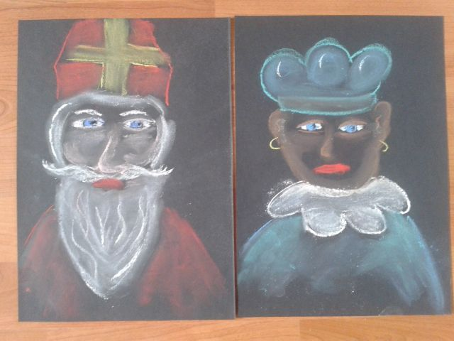 Sinterklaas en zwarte piet tekenen met krijt op zwart papier
