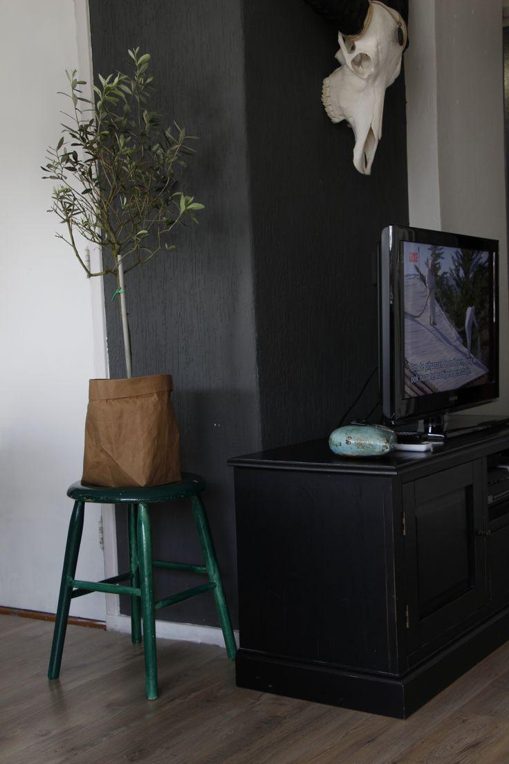 home thuis woonkamer living livingroom inspiratie inspiration interieurinspiratie wooninspiratie interiorinspiration sisal sober chic chique velours grey taupe woood kilim kelim vintage industrial olivetree stool krukje