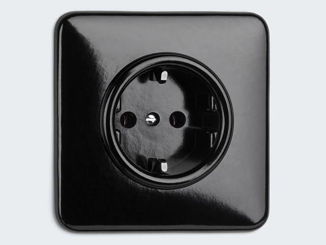 Zwart Bakelieten Inbouw Stopcontact, 82 x 82 mm Uitvoering: Randaarde art. nr. 73038 € 14,90 - Randaarde en Kinderbeveiliging art. nr. 74527 € 18,90 - Afdekplaat enkel Vierkant art. nr. 19328 € 7,50