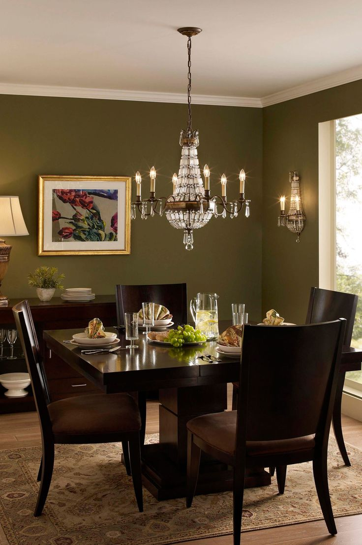 Chandelier Dans Une Sallemanger Traditionnelle In A Traditional Diningroom