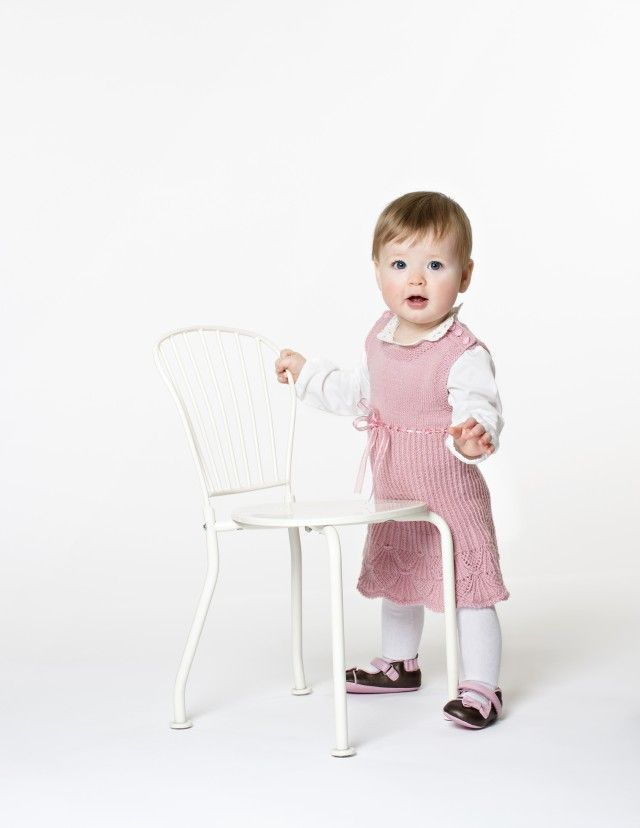 Nydelig barnekjole med vakker mønsterbord, kalt Kronprinsessens Trondheimsskjørt. Design: Mari Alterskjær.