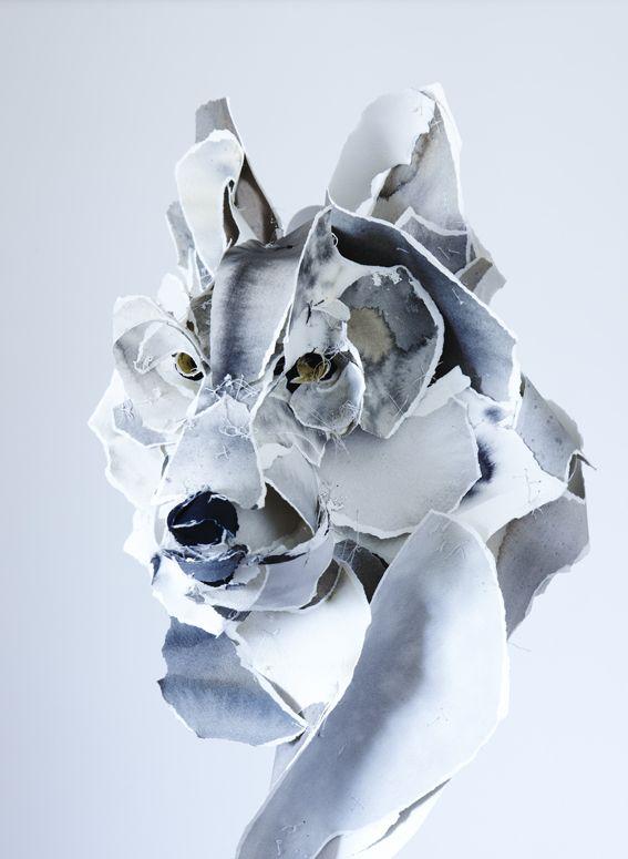 Une artiste, sculpteur, qui travaille,arme et coud le papier dans des formats monumentaux. Ses animaux suspendus nous entraînent dans un monde onirique qui a séduit les grands noms de la mode.
