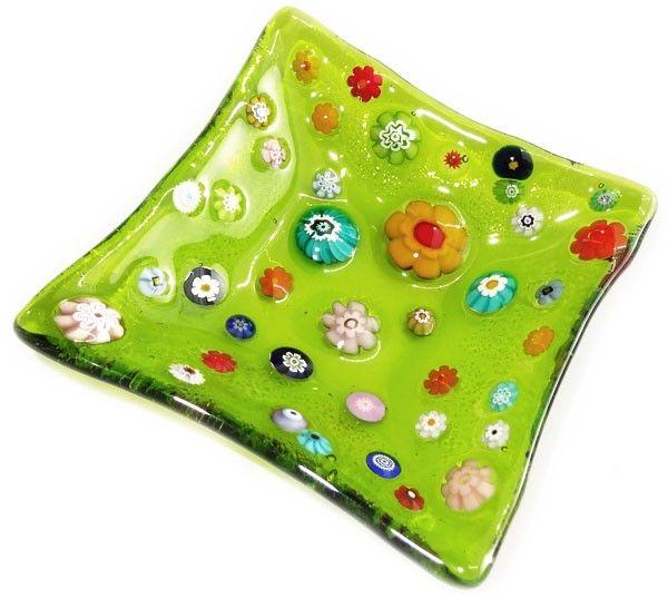 Kleurrijk groen schaaltje van helder groen glas met kleurrijke multicolor bloemen!