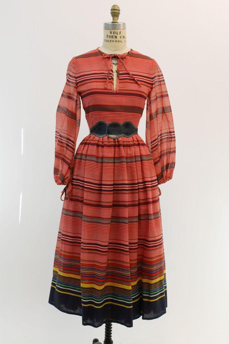 Ongelooflijke 1960 van Tina Leser jurk! Gedaan in een diep rode gestreepte katoen. Sleutelgat de band langs de hals. Pure bekleed ballon mouwen met