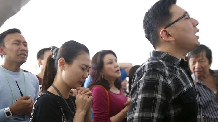 Familiares dos passageiros de voo da AirAsia acreditam num milagre - Cm ao Minuto - Correio da Manhã