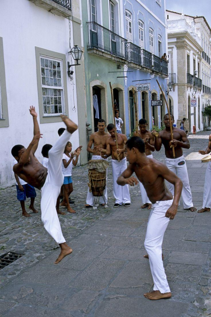 Setores ligados a igrejas evangélicas pentecostais protestam até contra aulas de capoeira por Fernando Molica Sancionada em 2003 pelo então presidente Lula, a lei que determina o ensino de história…