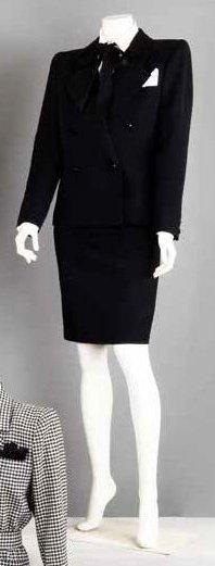 Yves SAINT LAURENT Haute couture n°55324 Automne-Hiver 1983/1984 Tailleur en ottoman de laine noir, col châle cranté, double boutonnage, manches longues, poche poitrine ornée d'une pochette blanche en… - Gros & Delettrez - 14/10/2013