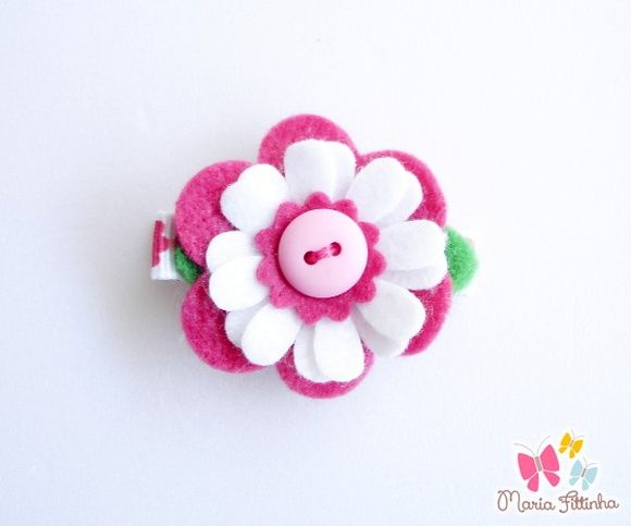 Presilha - Bico de Pato - Flor de Feltro - Cereja e Branco  Uma delicada flor de feltro enfeita esse acessório super charmoso, que tem como base a presilha bico de pato, encapada com fita de gorgurão estampada. Um mimo, não?  Medidas: Flor: 4 cm de diâmetro Base Bico de Pato: L: 1,5 cm - A: 1 cm - C: 5 cm R$ 5,00