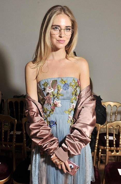 Yksi maailman suosituimmista muotibloggaajista ja tyylivaikuttajista, Chiara Ferragni, on oiva esimerkki tyylikkäästä ja trendikkäästä silmälasien käyttäjästä.