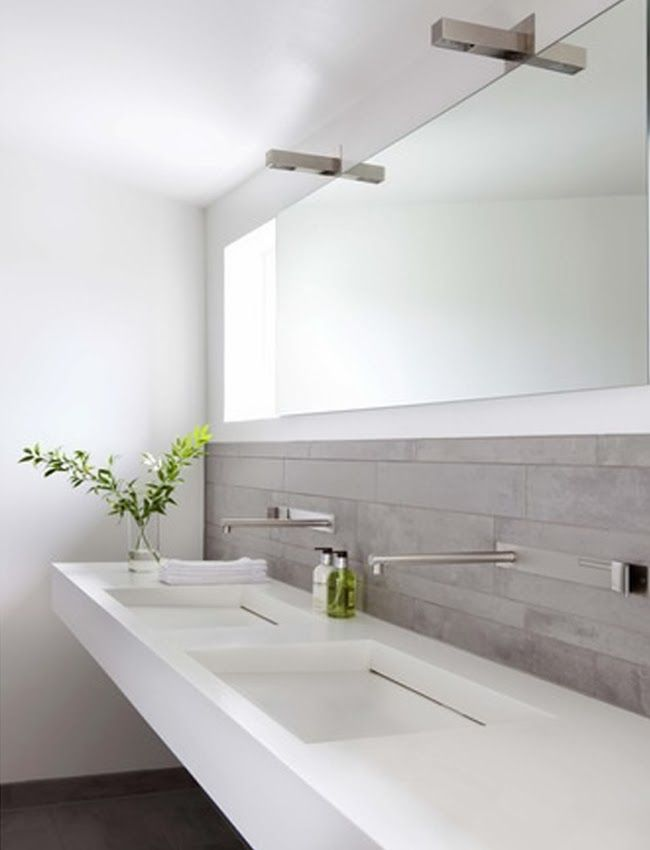 Beautiful minimalist bathroom for two with double vanity | Precioso baño minimalista para dos con doble lavabo · via www.chic-deco.com