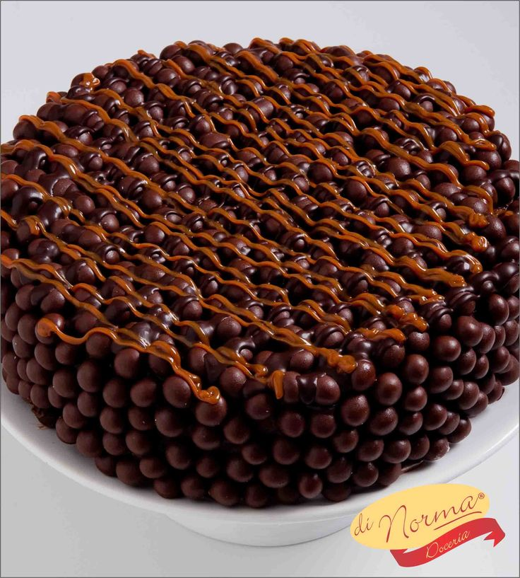 """""""Bolo Superball"""" (Aro 24) - Bolo de chocolate super molhadinho, super fofinho, recheado com o doce de leite argentino, creme de chocolate e cobertura de brigadeiro com super ball."""