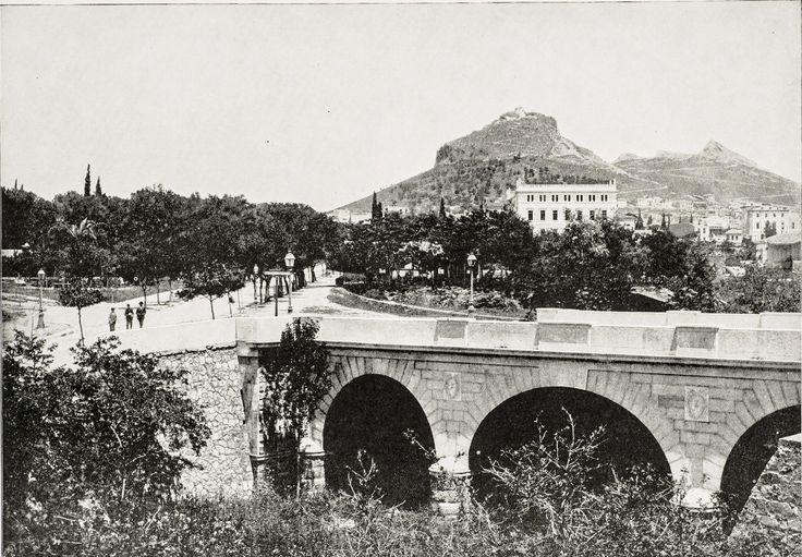 Περίπου 1893 Η γέφυρα του Ιλισσού μπροστά στο Παναθηναϊκό Στάδιο, στο τέλος της Ηρώδου Αττικού. Πηγή: www.lifo.gr